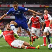 Arsenal thrash Chelsea as United win without Rooney