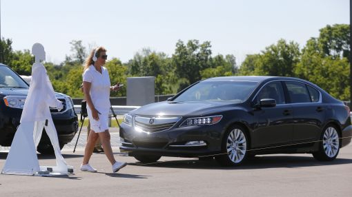 Auto, technology industries clash over talking cars